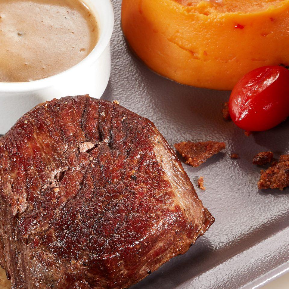 Bélszín steak zöldborsmártással,